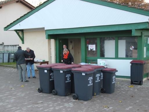 distribution de bacs à ordures-ménagères SEMOCTOM